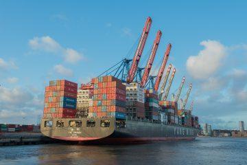 Containerschiff im Wasser