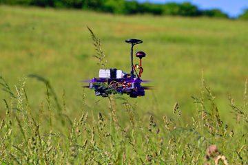 Drohne welche über ein Feld fliegt