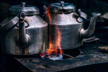 2 Kannen welche im Feuer erhitzt werden