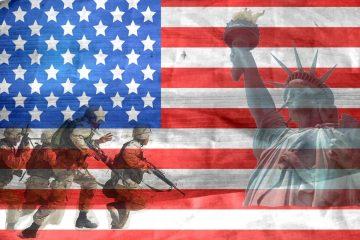 Bild der Flagge der USA, im Hintergrund die Freiheitsstatur und Veteranen